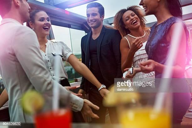 Amigos divirtiéndose en el club nocturno