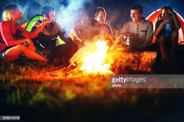 Freunden Spaß mit Lagerfeuer.