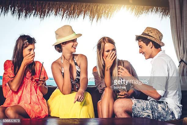 Amici che si diverte in spiaggia