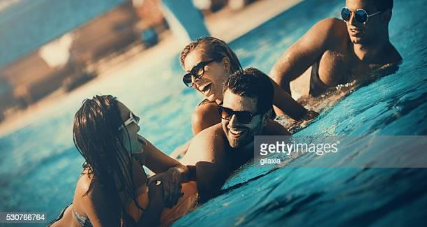 Amis s'amusant dans une piscine.