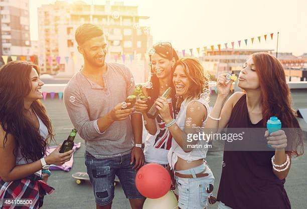 Freunden Spaß-party auf dem Dach
