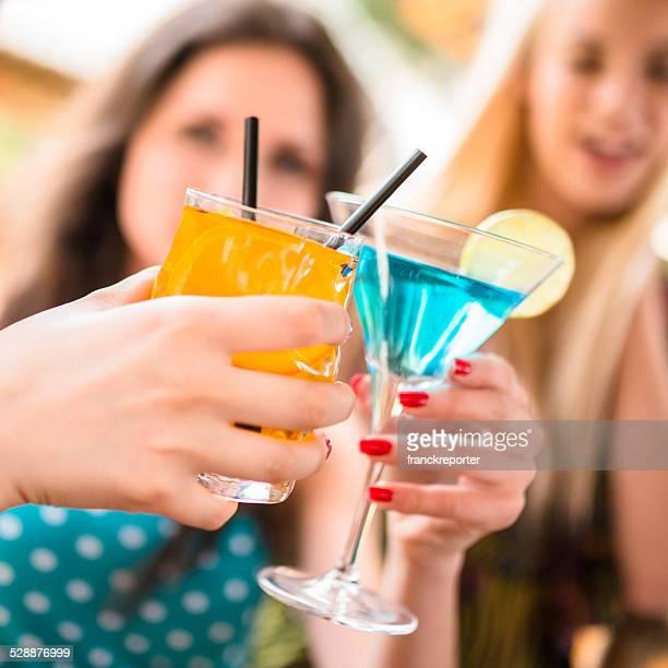 Amigos, divertir-se com as bebidas