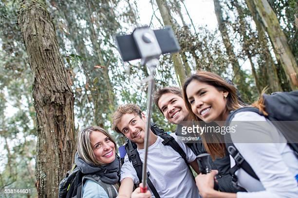 Amis de randonnée et prenant un selfie