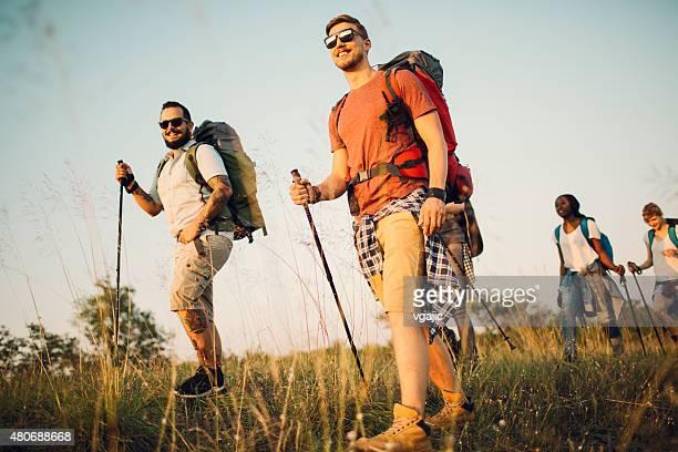ご友人と一緒にハイキングます。