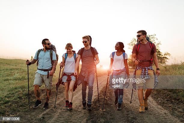 Amis de randonnée ensemble.