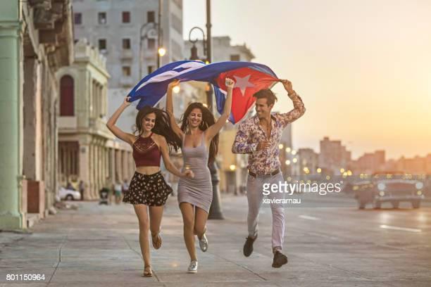 Freunde mit kubanischen Flagge während der Ausführung in Stadt