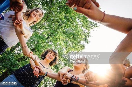Freunden holding Hände in den park