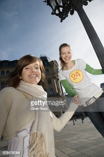 Friends holding hands : Stockfoto