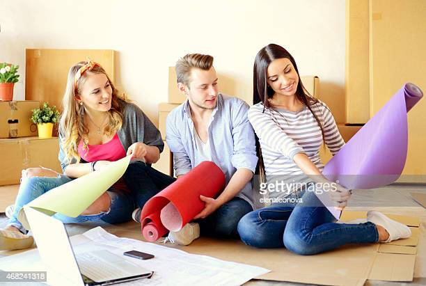 Freunde in eine neue Wohnung und Reparaturen, dass Tapeten