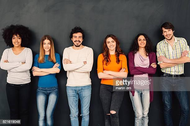 Amis dans une rangée sur Tableau noir