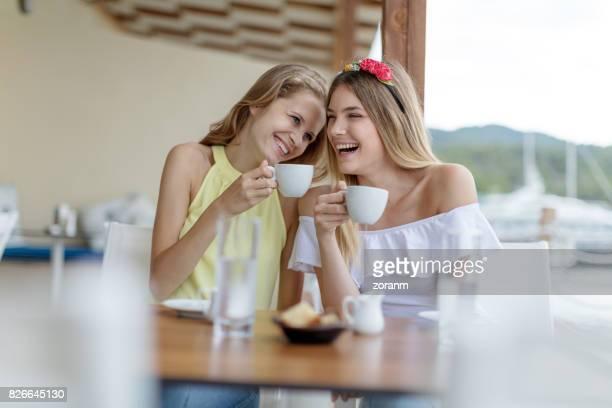 Amigos en el café lauhing