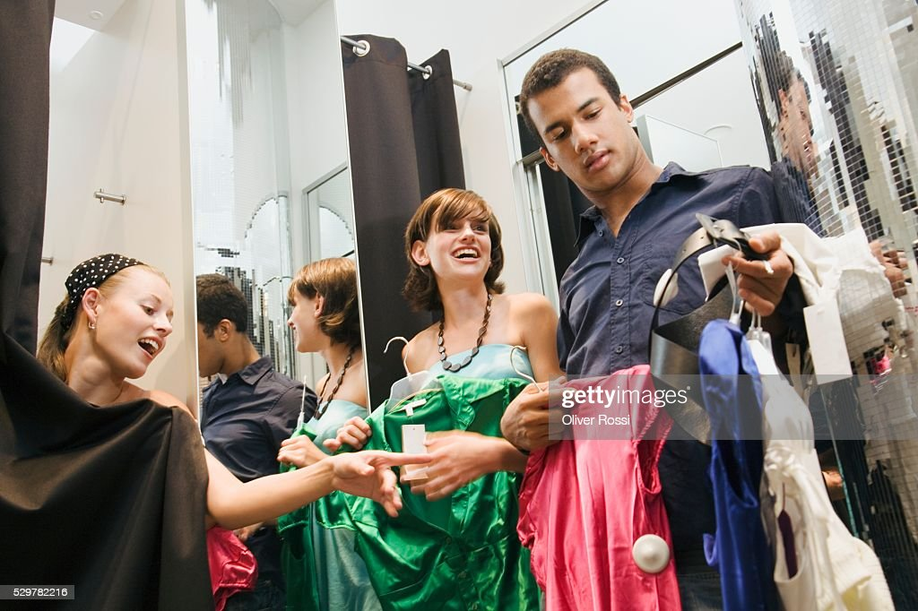 Friends in clothing store dressing room : Stock-Foto