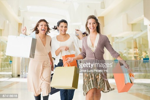 Friends in mall with shopping bags : Foto de stock