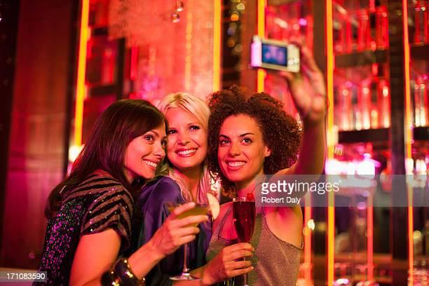 Freunden im Nachtclub, Selbstporträt mit Digitalkamera