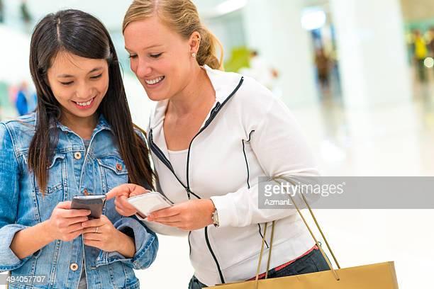 Amis au centre commercial