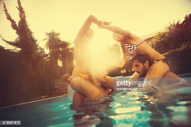 Amis dans la piscine