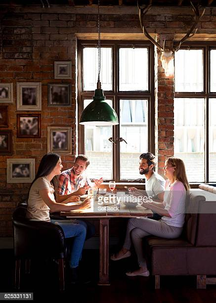 Sus amigos en el Pub