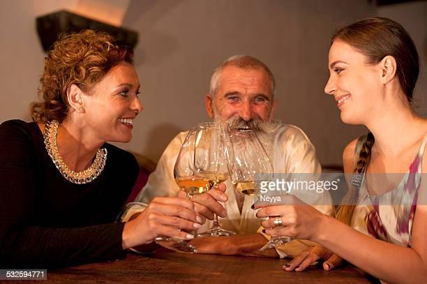 Amis dans la cave à vins