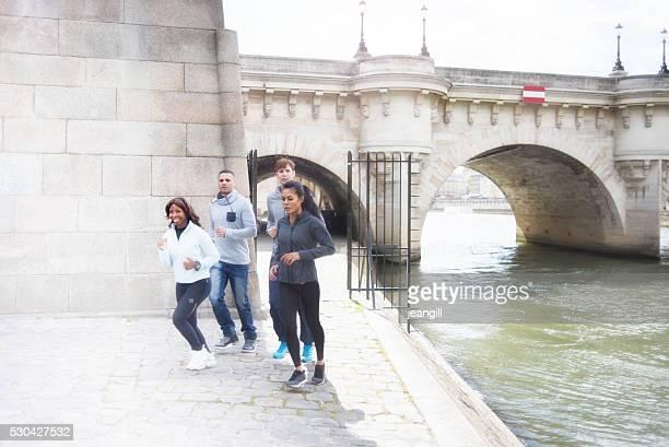 Amis de faire du jogging au bord de la Seine, à Paris