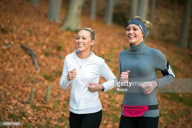 Freunde Joggen im Herbst park im Freien