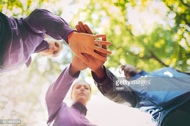 Amis de rejoindre les mains après piste de Faire du jogging.