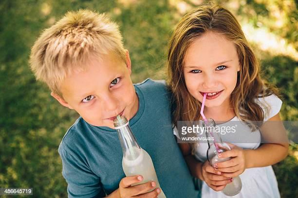 Kinder Freunde mit Getränke park
