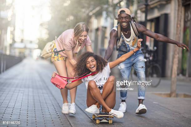 Freunde Longboarding in der Stadt.