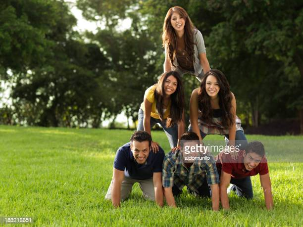 Amis faire une pyramide humaine