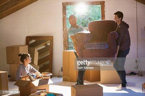 Amigos, movendo-se na nova casa de Móveis