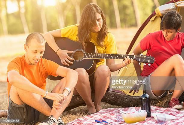 Freunden auf ein Picknick-Camping Tag
