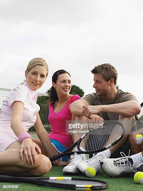Amigos en una cancha de tenis