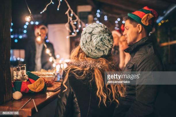 Freunde auf Weihnachtsmarkt