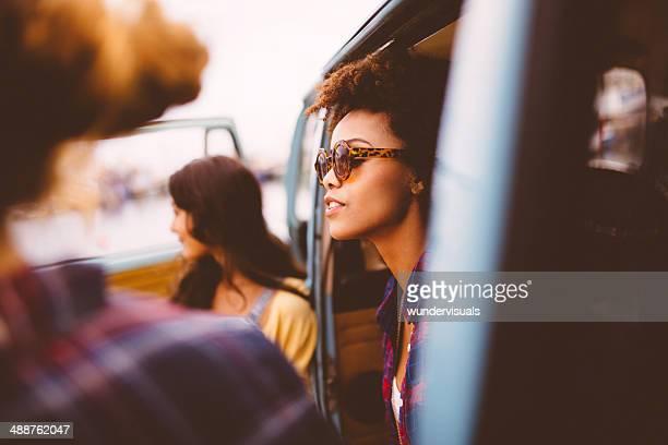 Amigos em viagem de automóvel