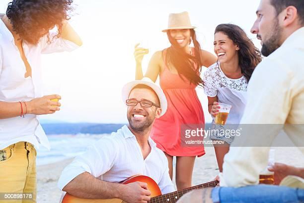 ビーチでご友人とビールを飲む