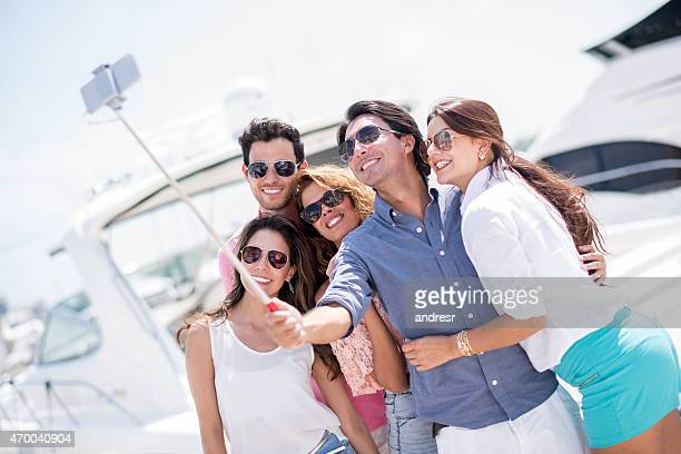 Freunden auf Urlaub, die ein selfie
