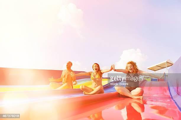 Freunde lachen auf der Wasserrutsche