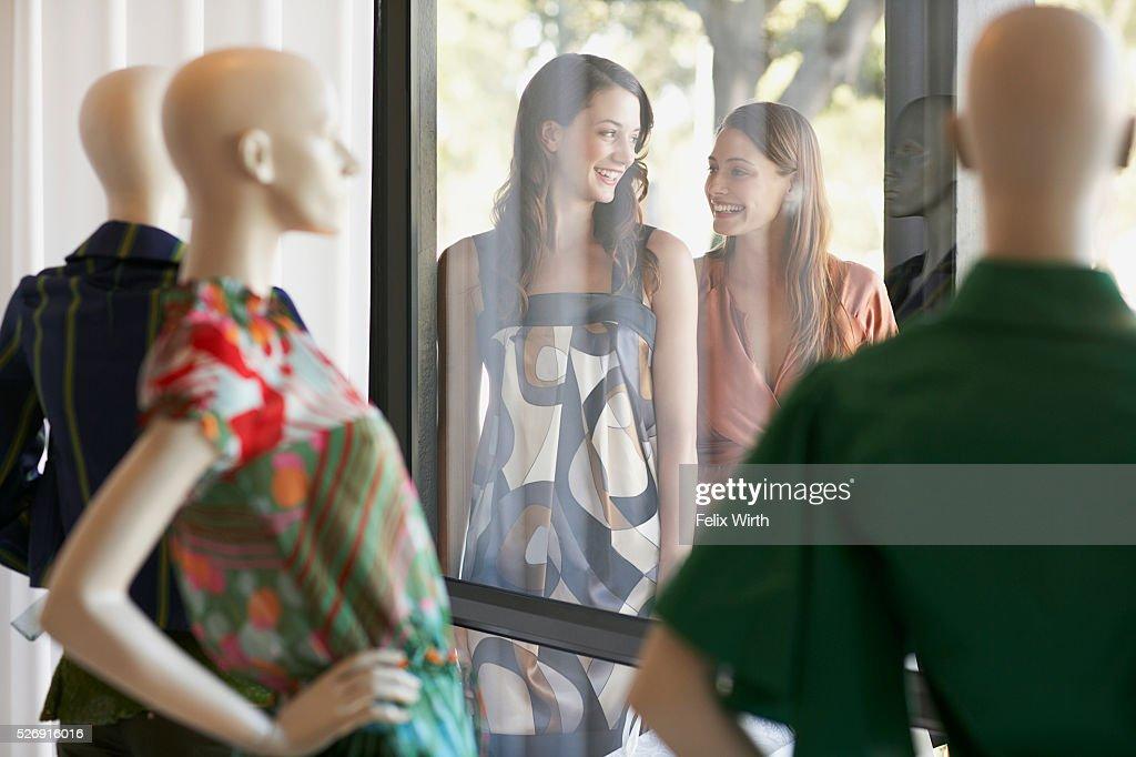 Friends outside of boutique window : Stock-Foto