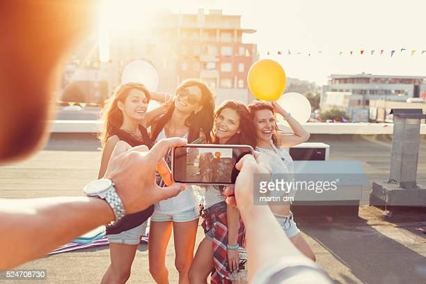 Amis faire la fête sur la terrasse sur le toit