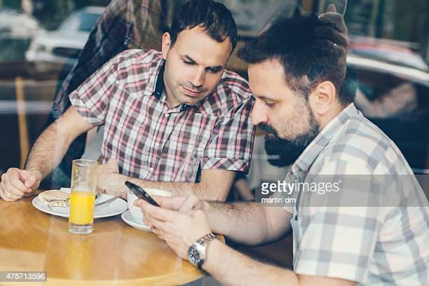 Amis dejeuner telephone photos et images de collection for Lunch entre amis