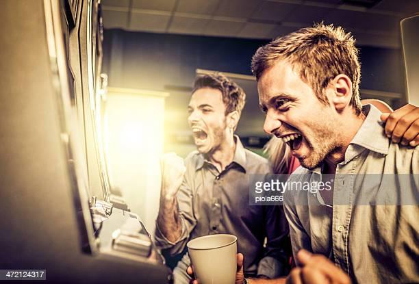 Freunde spielen und gewinnen Spielautomaten im casino