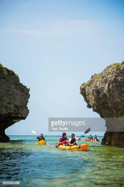 Vrienden spelen op het strand in Okinawa