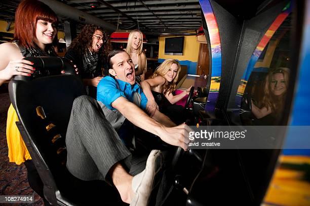 Amigos jugando en la sala de videojuegos