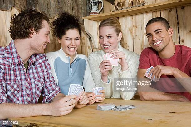 Freunde Spielkarten in der Kabine