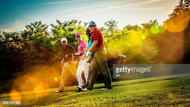 Freunde spielt Golf an einem schönen sonnigen Tag