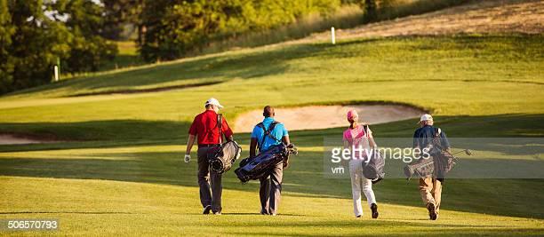 Freunde spielen Golf