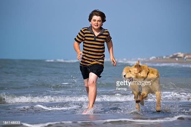 Amis jouant dans les vagues.