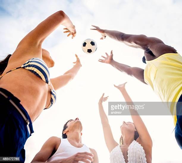 ご友人とご一緒にビーチでサッカー