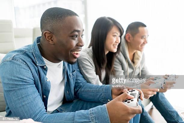 Amis, jouer à des jeux vidéo