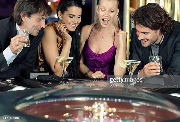 Amis jouant au casino sur roulette électronique