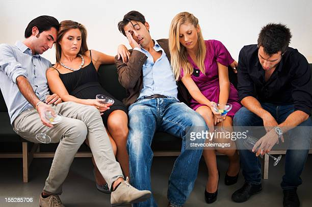 Freunde entspannend auf Couch nach Party